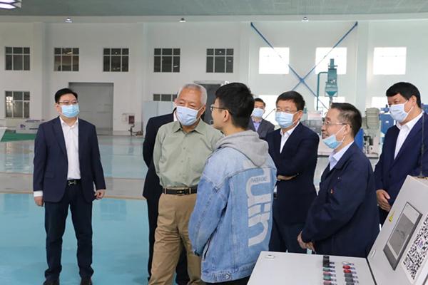 凌文副省长与济南大学学生亲切交流